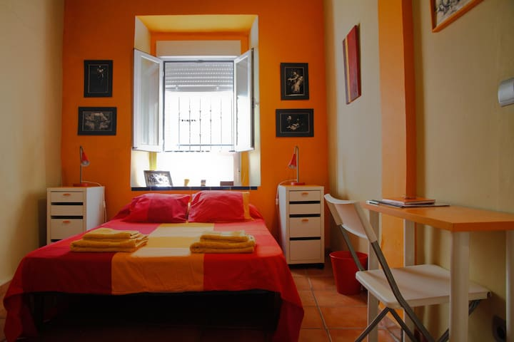 Room Center 1.Private WC.Aire A.AC Terrace. Orange