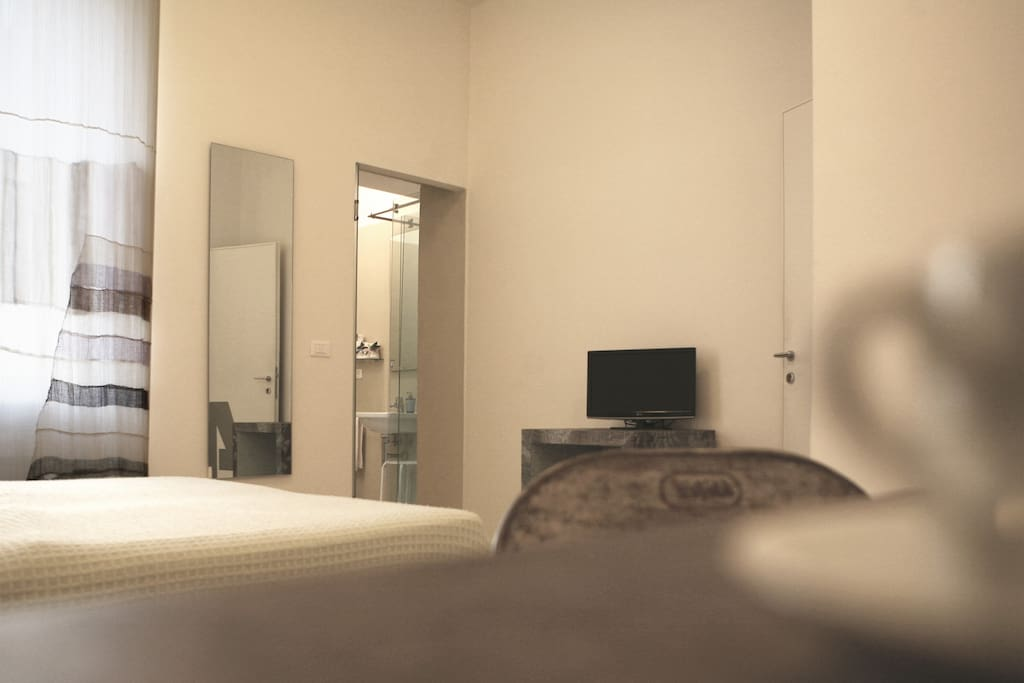 Tutte le camere sono dotate di TV, Phone per capelli, Cassaforte, Wi-Fi gratuito e Frigo Bar.
