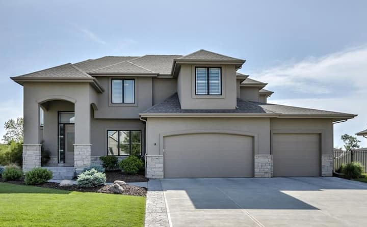 Beautiful New & Cozy 5-bed, 5-bath Papillion home