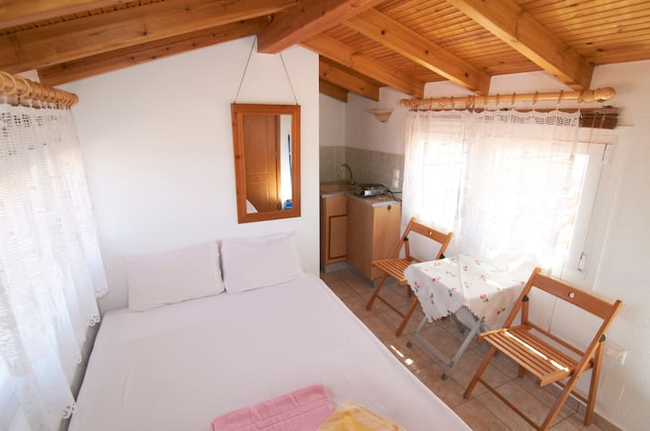 An attic for up to 2 persons - Nea Roda - Appartement
