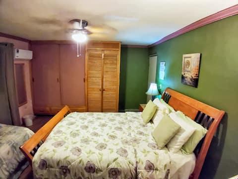 Habitación cama queen e indiv a/c para 3 huéspedes