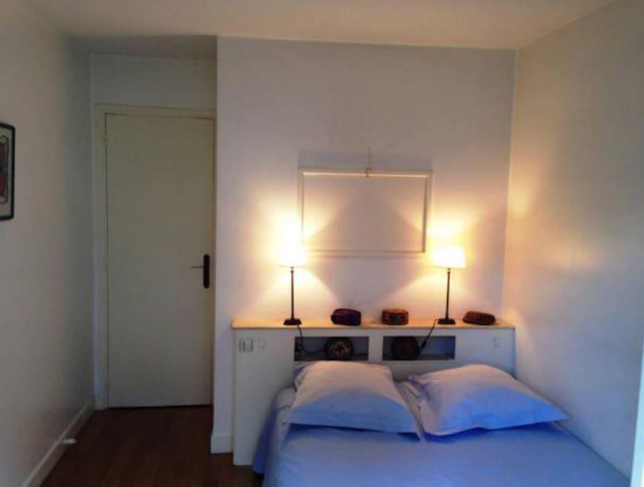 Room with double bed / Chambre avec lit double
