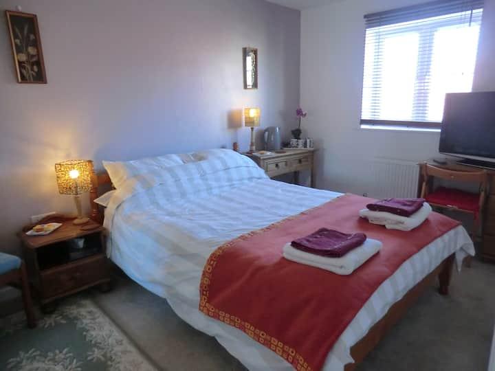 Comfortable room, own bathroom, home close to sea