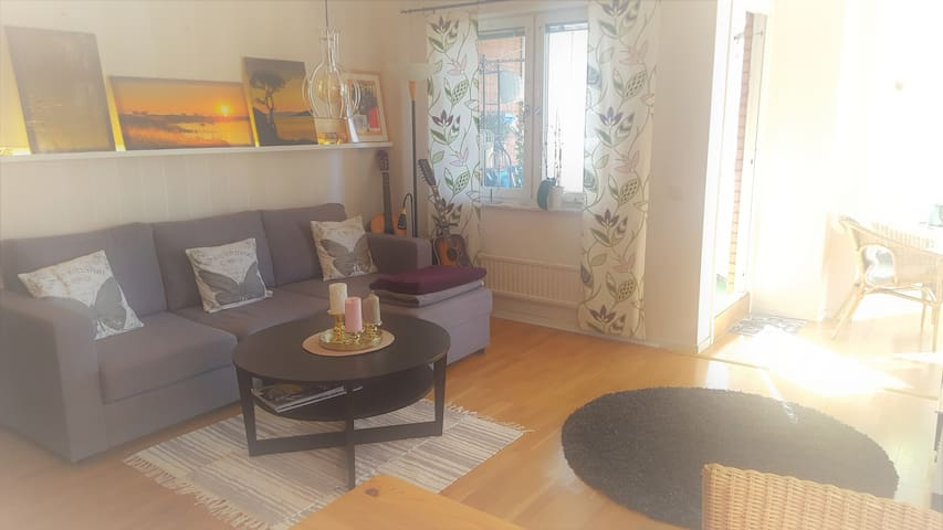 Vardagsrum med bäddsoffa och två extrasängar vid behov. Living room with sofa bed and two extra beds if required.