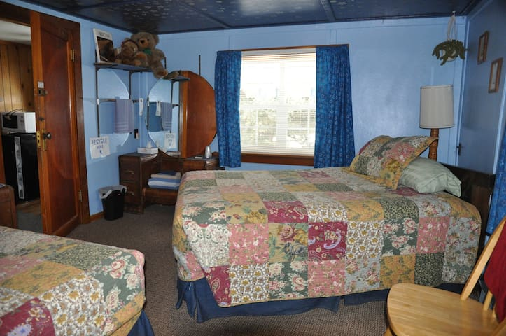 Pines Motel--Quaint & Cozy Sleeping Room #2
