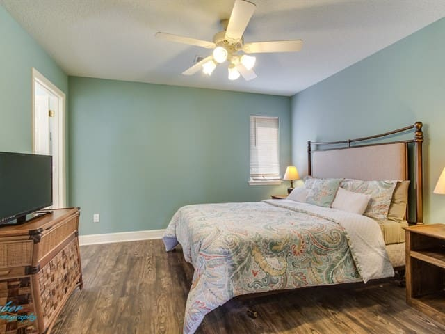 Guest bedroom w/king size bed