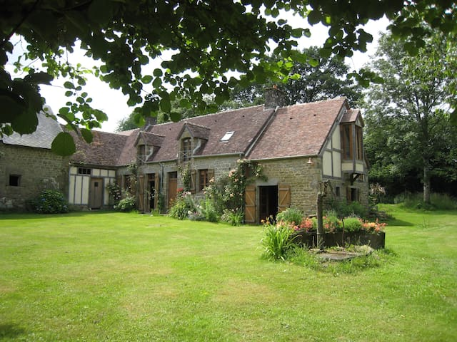 Delightful old farmhouse and spacious garden - Beauvain - Huis