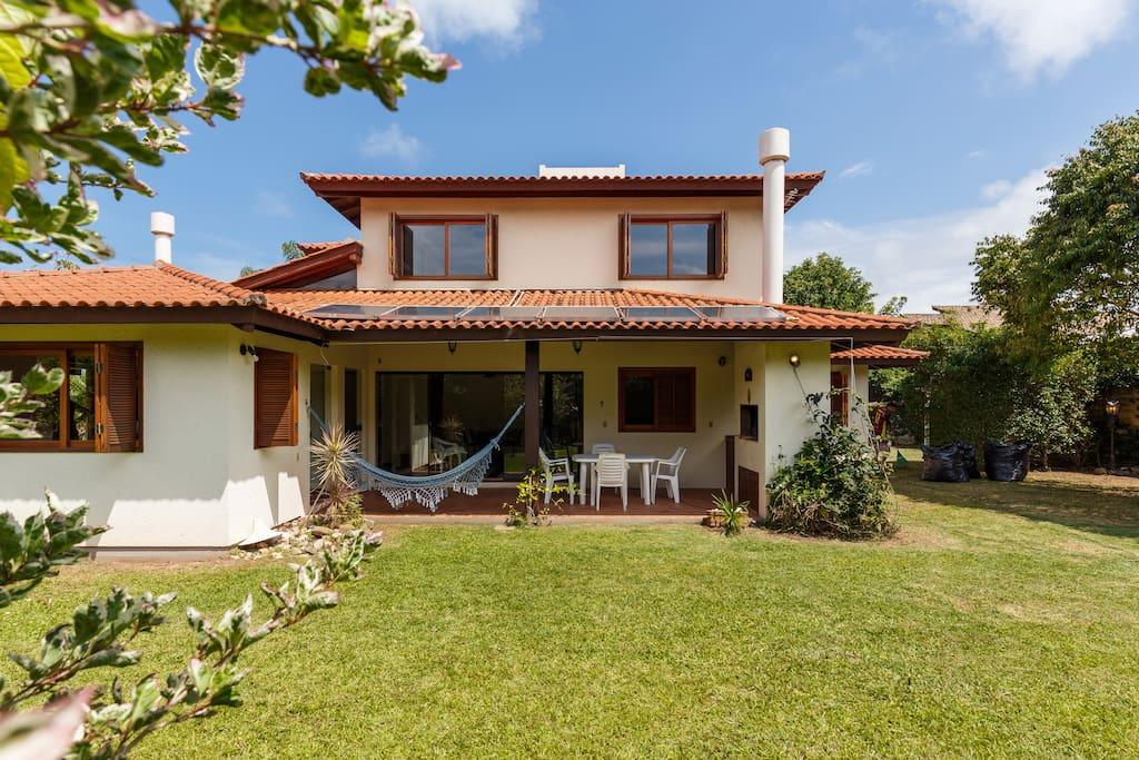 Casa ampla,  belo gramado, varanda com churrasqueira
