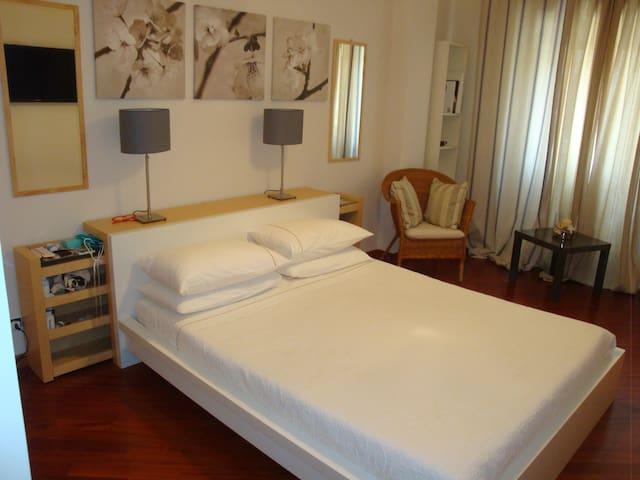 camera da letto matrimoniale con bagno in camera doccia con idromassaggio e spogliatoio