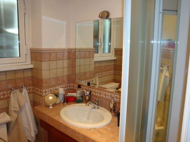 bagno con doccia idromassaggio con accesso da camera letto padronale