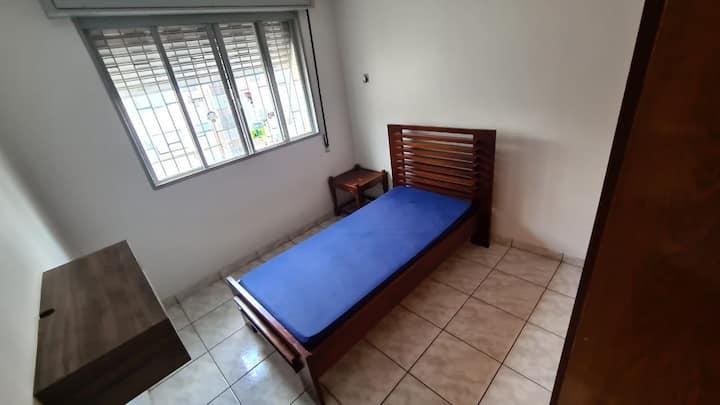 Alugo somente o quarto no apto onde moro.