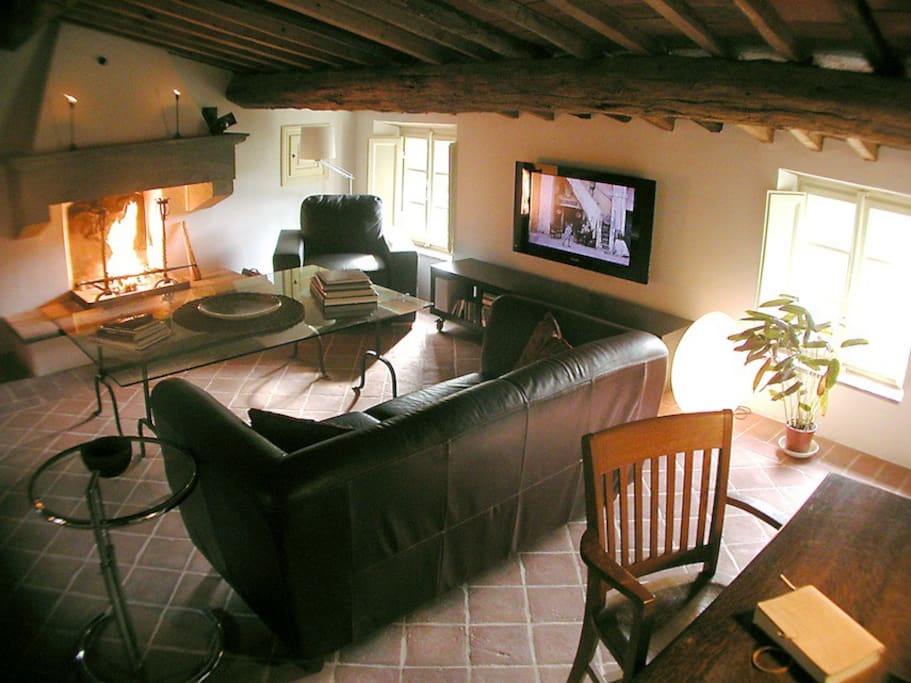 Living room with fireplace and Tv with English channels, desk for your laptop and wifi.