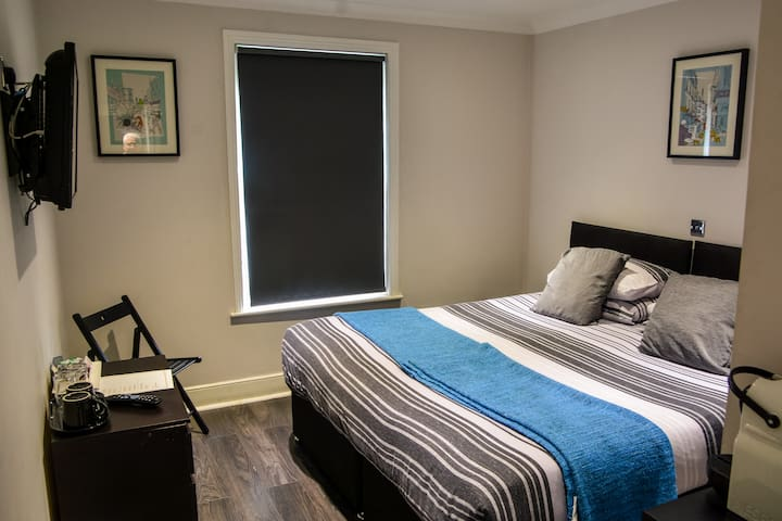 Double Ensuite Room B - Winston Hill Guest House