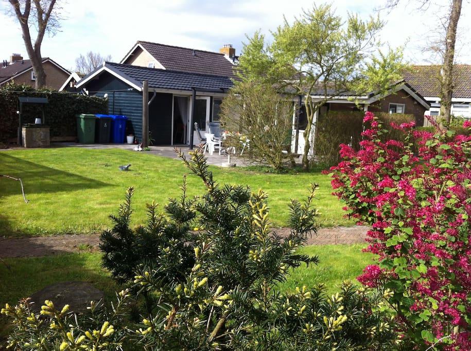 Haus mit grossem garten auf ameland bungalows zur miete for Haus auf miete