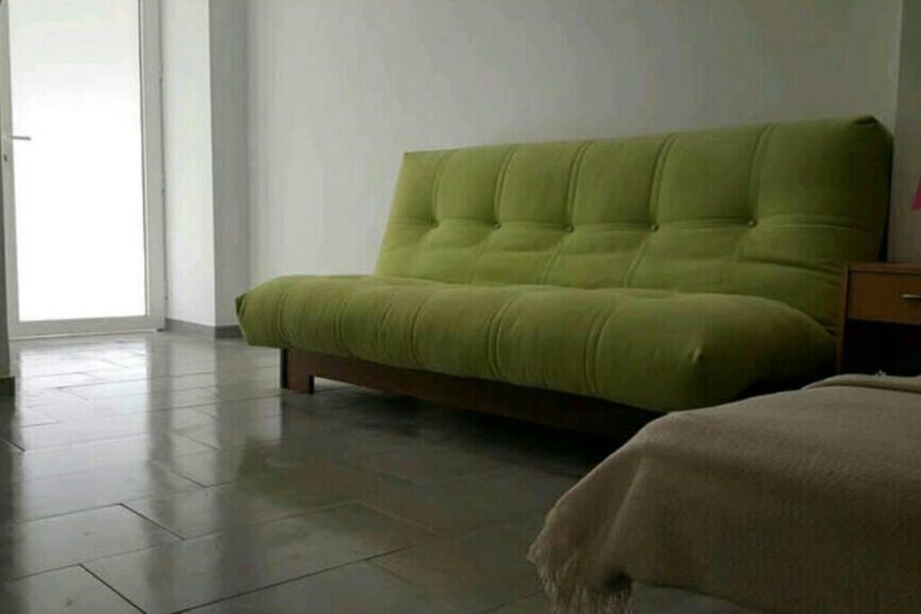 Sofa cáma.