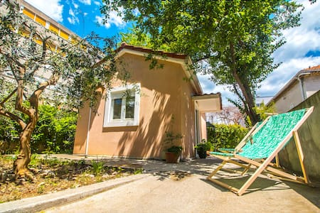Beach cottage with private parking & garden