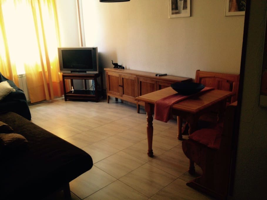 Salón amplio y cómodo. Tienes dos sofás uno de ellos es cama de 1,50. El otro sofá es de dos plazas. Rinconera extensible de hasta 6 personas. TV.