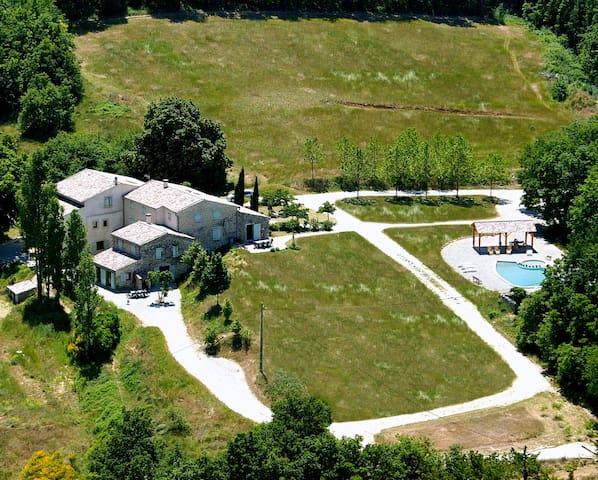 Ecurie: a spacious country house - Grâne - บ้าน