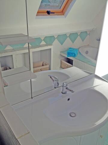 Bagno con vasca quarto angolo, lavabo e wc