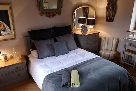 Oak beamed double room in Cotswold barn conversion