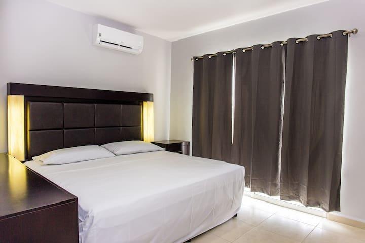 Recámara principal, aire acondicionado, cama king size, tocador y espejo