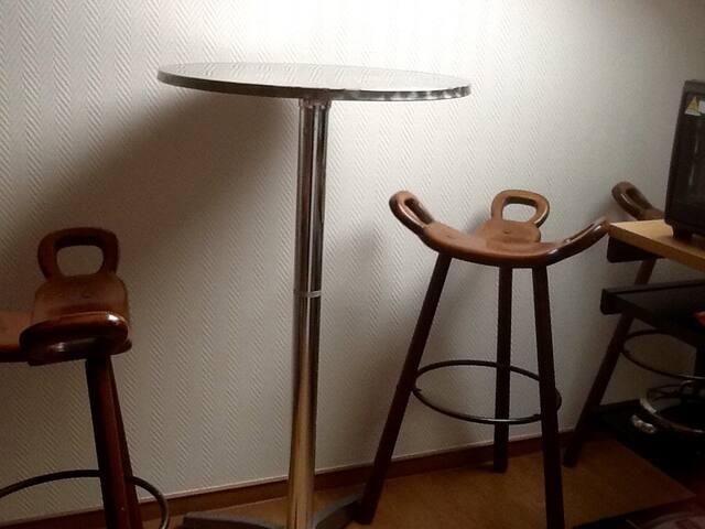 Um ein schnelles Frühstück einzunehmen, kann man sich unter das große Tageslicht- Dachfenster setzen und am Bistro-Tisch nach dem Wetter Ausschau halten.