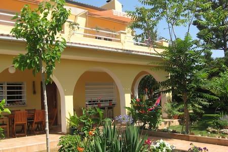Charming Villa with Nice Garden - エル・ヴェンドレル