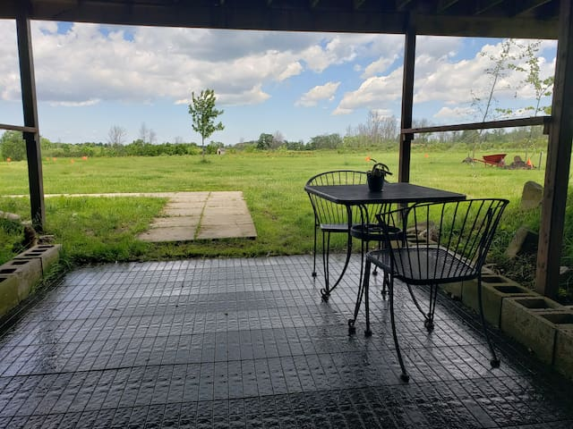 ♥Country location, steps to the river & king bed♥