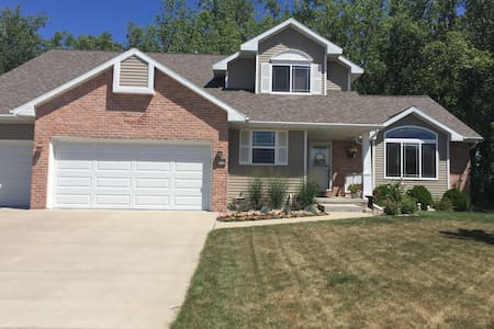 Spacious Home Away From Home - De Pere