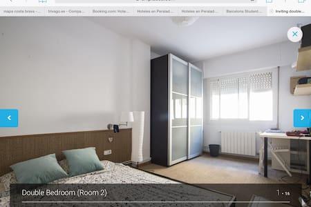 Habitación grande con cama doble