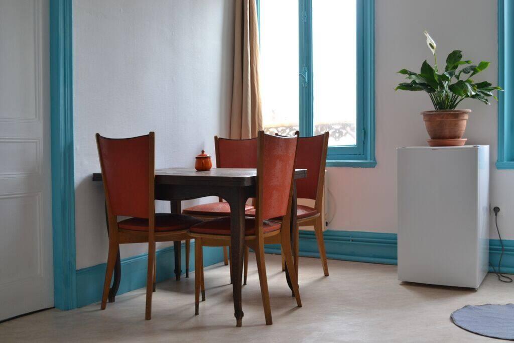 Salon-cuisine avec frigidaire et plaques chauffantes