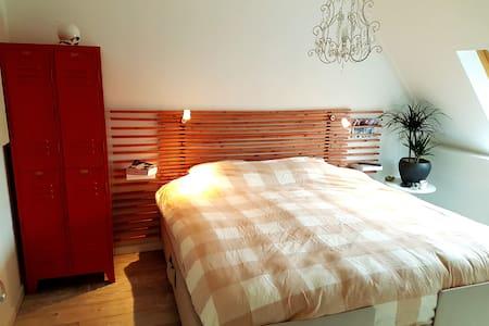Luxe, goed gelegen kamer met XL bed en ontbijt ! - Waalwijk - Σπίτι