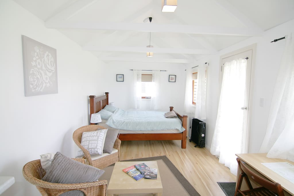 Bright & cosy studio with queen size bed & luxury linens.