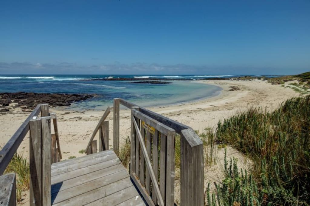 Direct access to and spectacular views of the beach