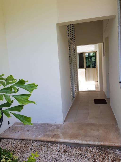 Independent hallway to the room/ pasillo independiente de acceso a la habitación