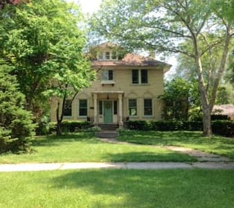 Charming room in historic home - Grosse Pointe Park