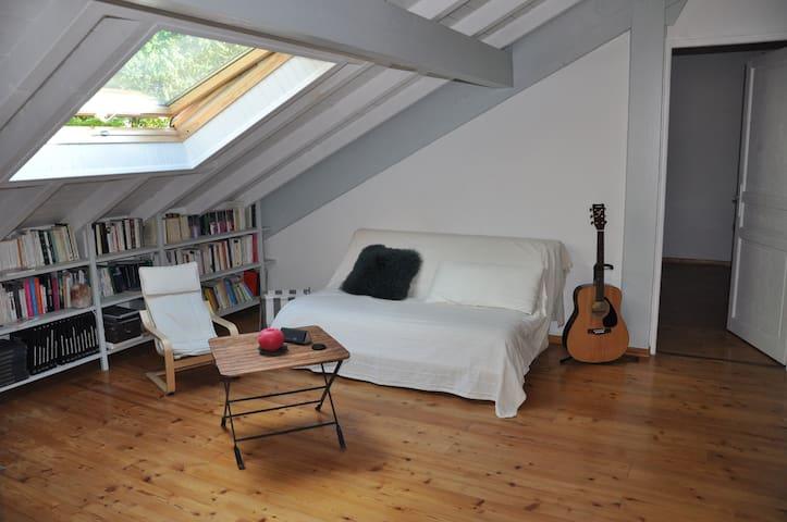 Belle chambre mansardée avec salon - Excenevex - House