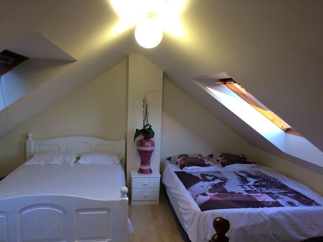 La première grande chambre confortable, calme, lumineuse...
