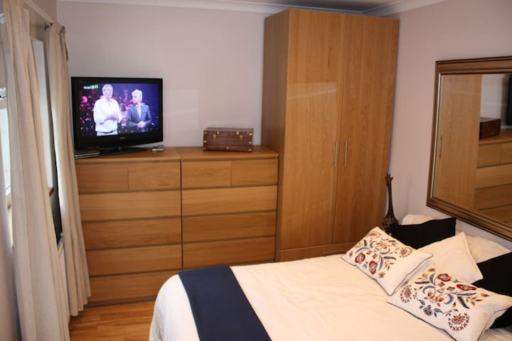DOUBLE ROOM WITH ENSUITE BATHROOM, QUIET PLACE