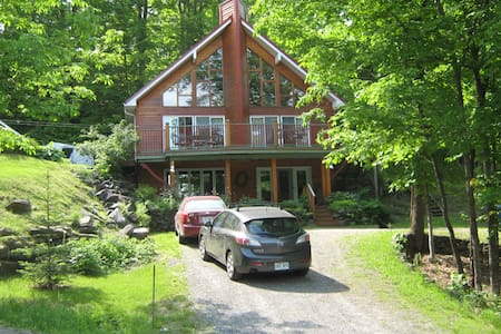 COUNTRY HOUSE FACE AU LAC LOVERING - Magog - Chalet