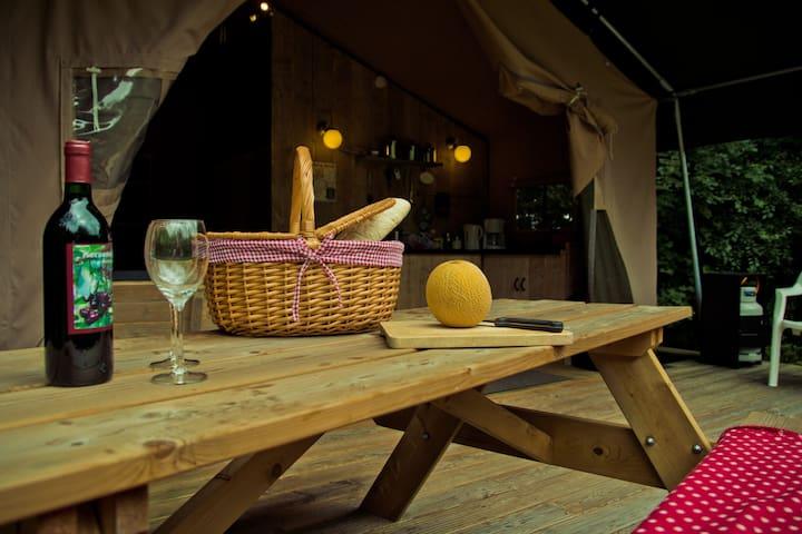 picknicktafel op de veranda