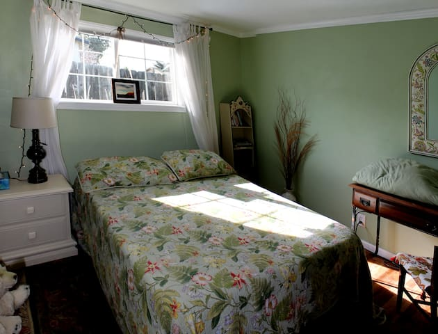 2 Bedrooms Seaside SAGE & BURGUNDY - Seaside - Bed & Breakfast