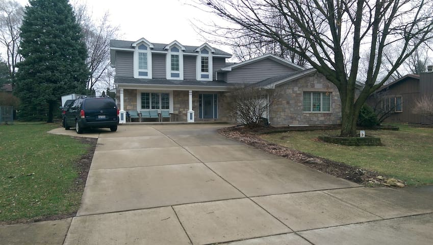 Spacious room with private bathroom NE Naperville