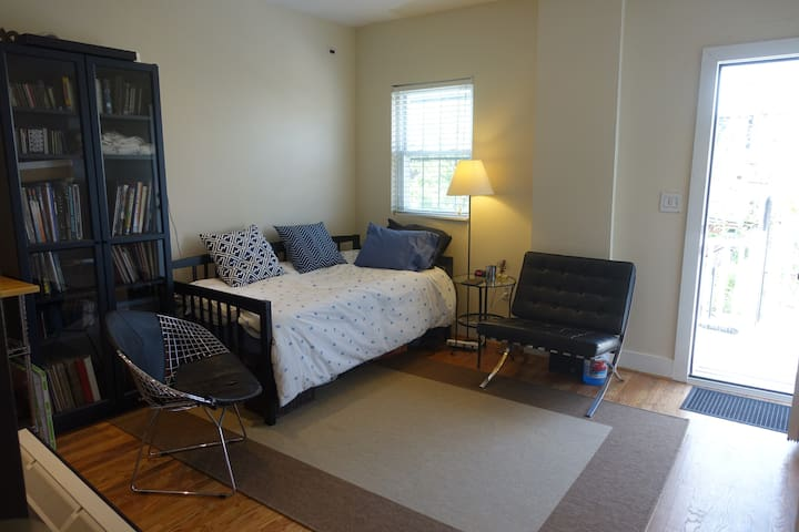 Big Bedroom w/private bath/patio - 4 blks to Metro