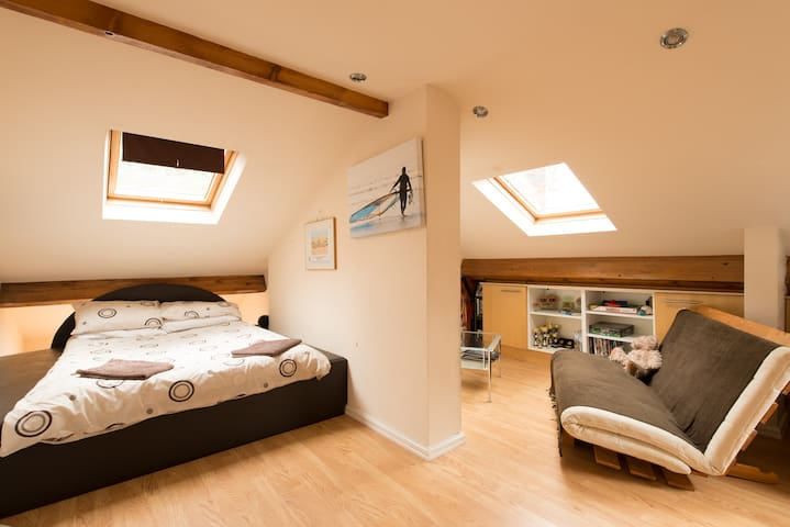 Cotswolds - Cheltenham Attic room (Dble bed)