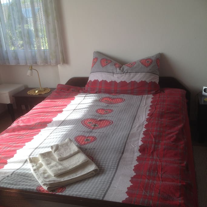 Bett 160 x 200 cm. Für 1-2 Personen. Zimmer mit Aussicht.