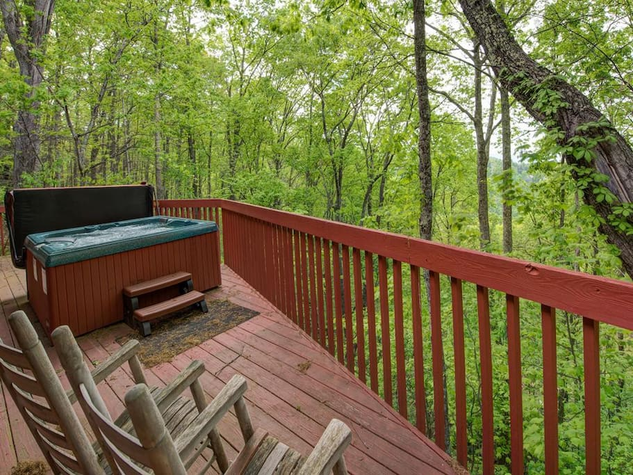 Private Hot Tub - Your own private hot tub is perfect for an evening dip. What better way to enjoy nature's beauty!