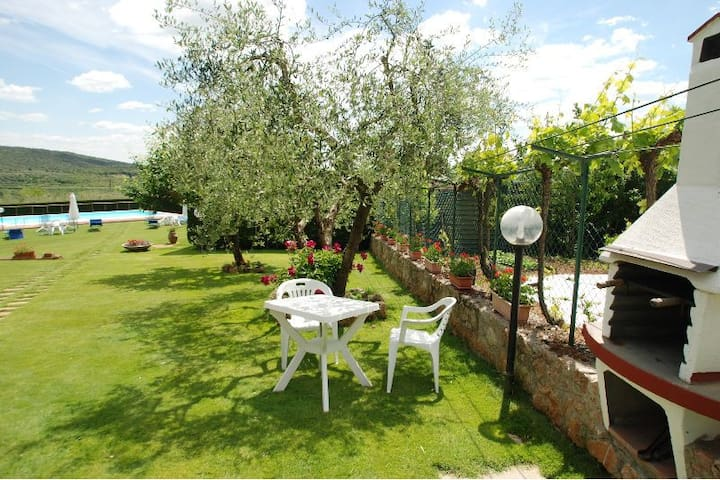 10 kms from Siena-Farmhouse with pool