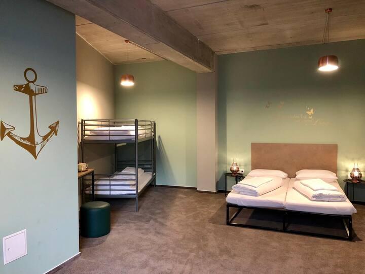 Familienzimmer mit Bad in Zentraler Lage für 4P