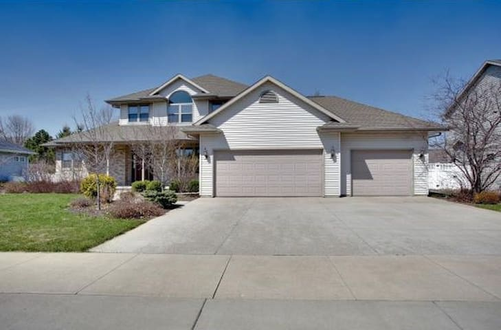 Spacious family home in quiet neighborhood - Appleton - House
